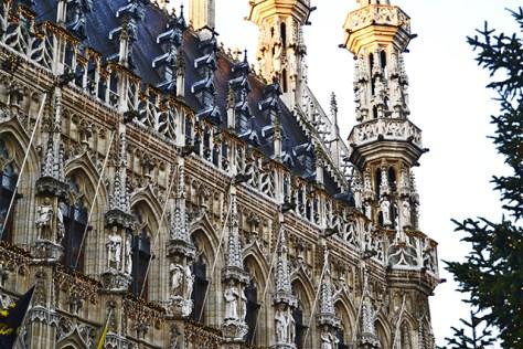 Agujas esculturas remates arquitectura flamenca Ayuntamiento Lovaina