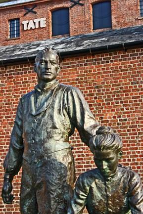Escultura migración puerto Liverpool