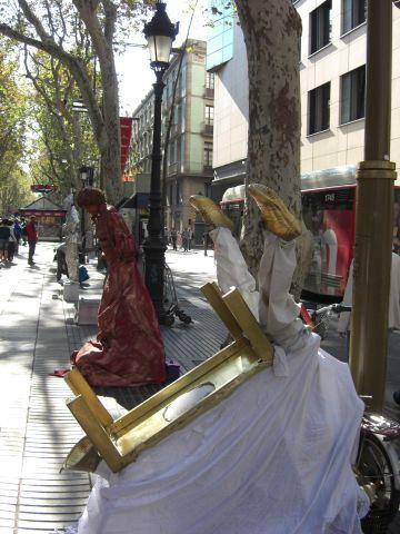 Momos actuando Paseo Ramblas Barcelona
