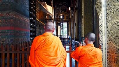 Monjes traje naranja buda reclinado Bangkok