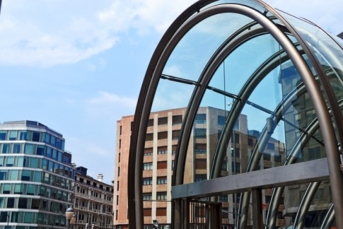 Moyua funtzional eta estetiko Bilboko metroaren sarreran eroriko