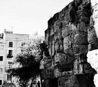 Muro piedra restos Plaza Forum Tarragona blanco y negro