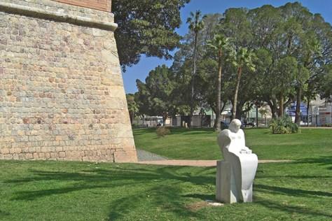 Muralla de Carlos III junto a estatua desde el Paseo de Alfonso XII