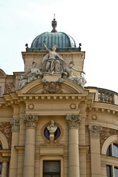 Esculturas ópera barroca fachada Palacio Artes Cracovia