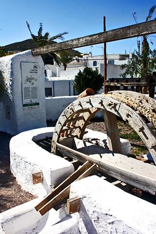 Noria árabe blanca pozo Frailes Cabo de Gata Almería