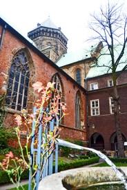 Chorro agua fuente patio interior Catedral Bremen