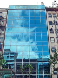 Fachada cristal edificio Gallina Blanca avenida Josep Tarradellas Barcelona