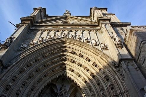 Omnubilado ante la Puerta Llana de la Catedral toledana