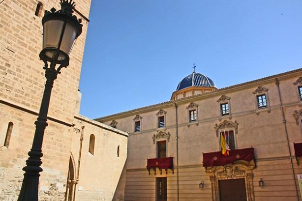 Fachada Palacio Episcopal balcón banderas Museo Arte Sacro Orihuela Alicante