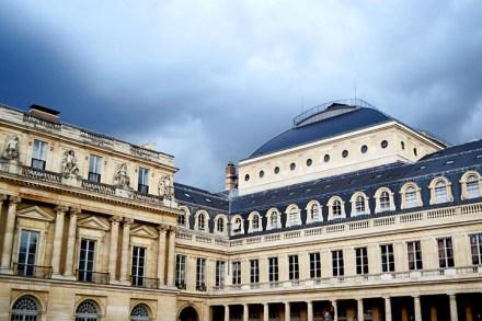 Patio interior Palais Royal ventanas columnas París