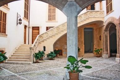 Patio interior plantas Casa Catlar centro histórico Palma Mallorca