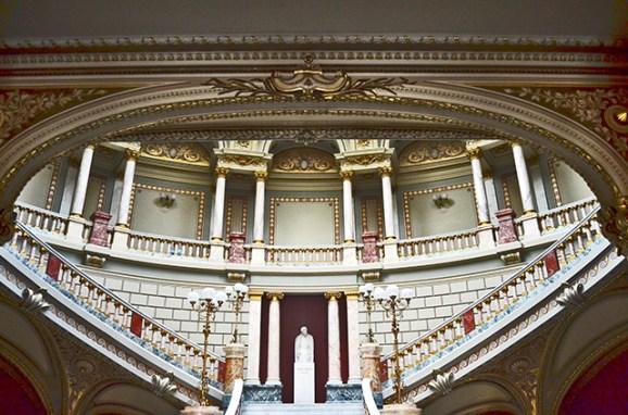 Interior decoración escalinata ópera Ateno rumano Bucarest