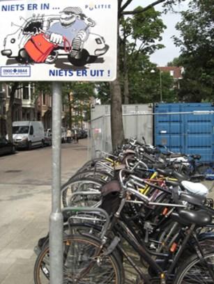 Cartel ladrones aparcamiento bicicletas Amsterdam