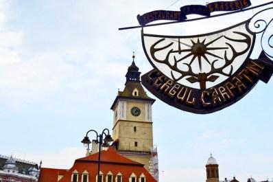 Letrero restaurante plaza Sfatului Brasov Rumanía