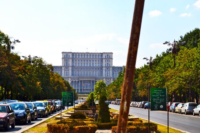 Plaza Unirii tráfico y fuentes Parlamento de Bucarest