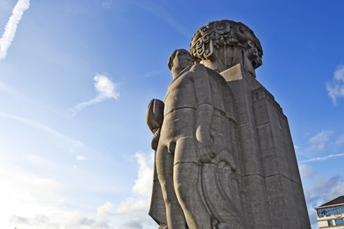 Estatua piedra Pierre Bruselas-Charleroi
