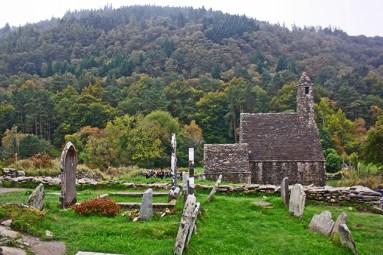 Restos poblado celta bosques Glendalough Irlanda