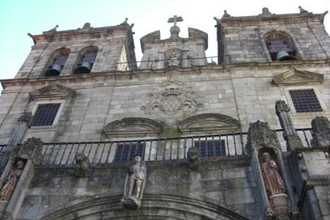 Fachada torres campanas esculturas Catedral Braga Portugal