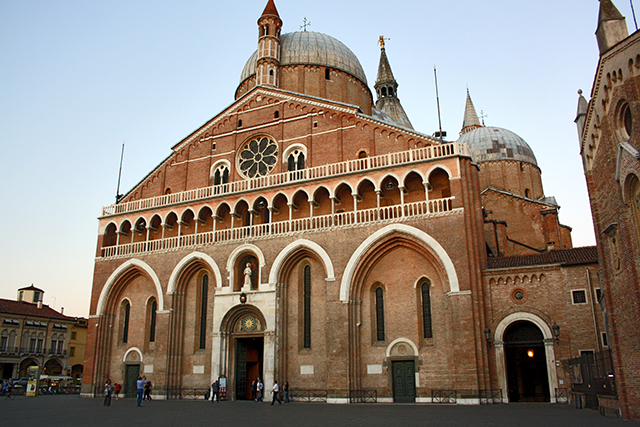 Fachada monumental Basílica San Antonio Padua