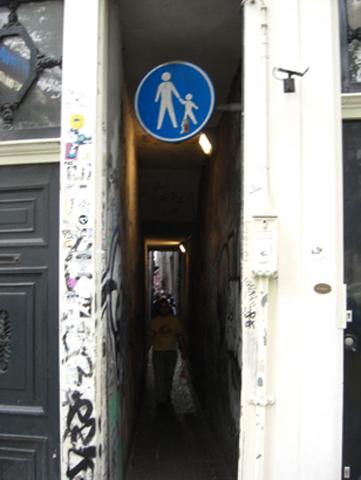 Señal calle estrecha barrio rojo Amsterdam
