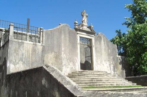 Entrada escaleras puerta escultura religiosa Universidad Coimbra Portugal