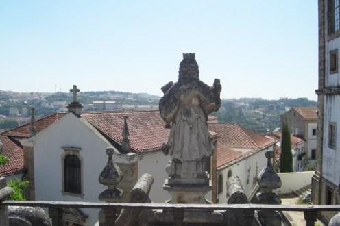 Estatua religiosa espaldas Universidad Coimbra Portugal