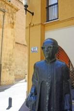 Escultura seminarista Plaza Anunciación Orihuela Alicante
