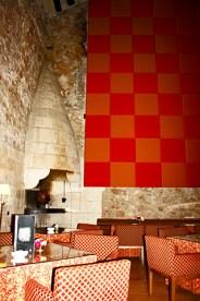 Salón principal cafetería chimenea Parador Nacional Alarcón Cuenca