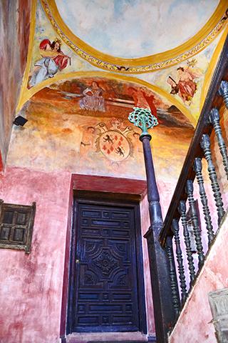 Puerta escalera decoración lienzos pared pinturas Casa Museo Andalusí Úbeda Jaén