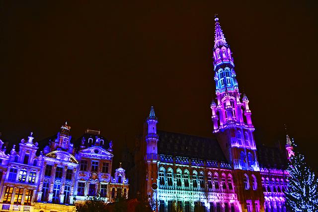 Iluminación violeta ayuntamiento fachadas Grand Place Bruselas