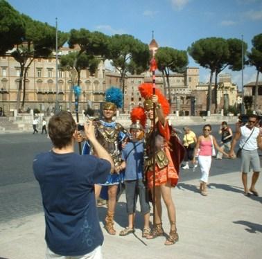 Fotografía romanos disfraz caza turistas Foro Roma