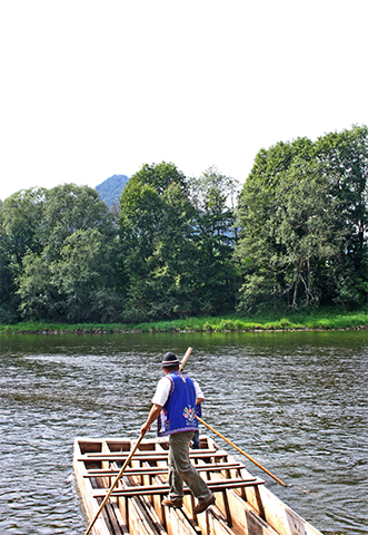 Balsero espaldas traje azul timón balsa madera río Dunajec