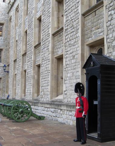 Guardia Real Reina Inglaterra cañones Torre de Londres