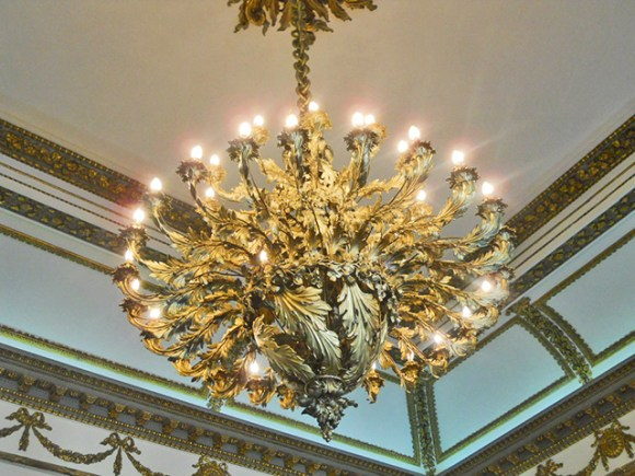 Lámpara decorativa oro brillo salón Castillo Dublín