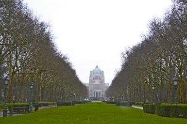 Vistas alameda árboles fondo Basílica Sagrado Corazón Bruselas
