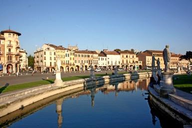 Río esculturas viviendas Pratto della Valle Padua