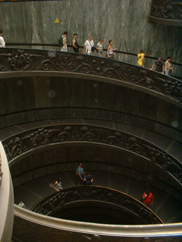 Turistas escalera Bramante Capilla Sixtina Museos Vaticanos Roma
