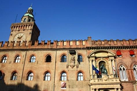 Fachada torre reloj Palazzo Comunale plaza mayor Bolonia