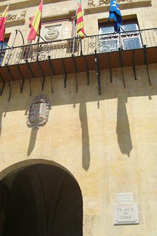 Balcón banderas puerta ayuntamiento Elche