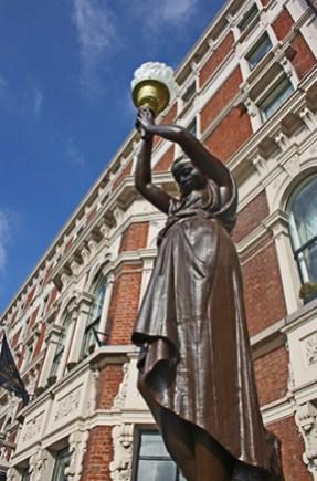 Escultura sosteniendo antorcha fachada Shelbourne Hotel St Stephens Green Dublín