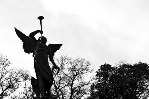Estatua ángel trompeta Campo Grande Valladolid blanco y negro