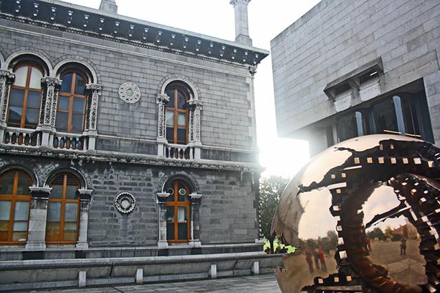 Esfera dorada Arnaldo Pomodoro patio Trinity College Dublín