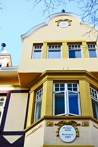 Fachada ecléctica amarilla centro histórico Oldenburg Alemania