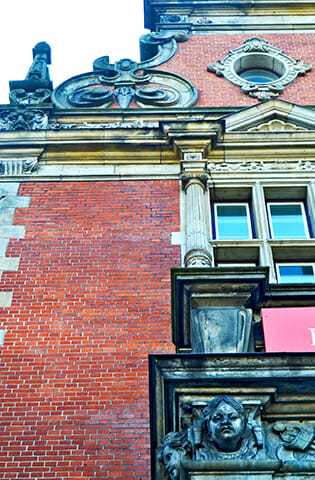 Detalle fachada decoración estilo barroco ventanas edificios centro histórico Oldenburg Alemania