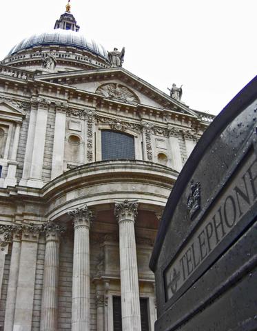 Cabina teléfono negra fachada Catedral San Pablo Londres