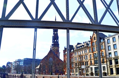 St. Michaelis immer gut bewacht unter den Zugbrucken des Hafens von Europa