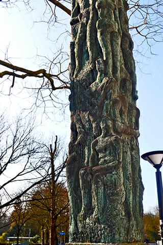 Árbol tronco forma figura humana centro histórico Oldenburg Alemania