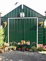 Puerta verde madera establo verde Marken Holanda