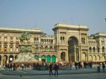 Escultura caballo Piazza Duomo Galleria Vittorio Emanuele Milán