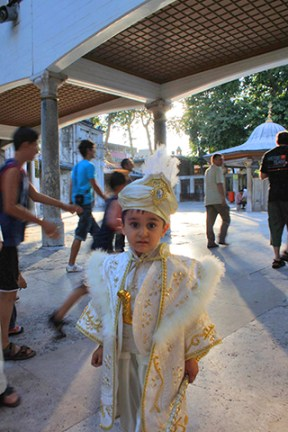 Niño circuncisión traje blanco Estambul